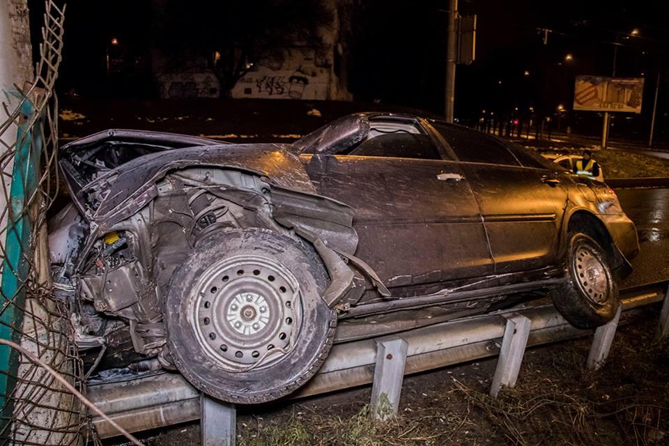 В результате автомобиль Toyota остановил фонарный столб и тот остался на отбойнике