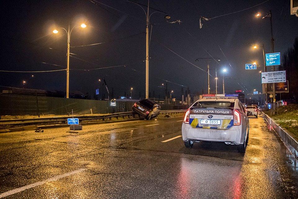 На месте работала патрульная полиция. Пассажира госпитализировали с травмами головы