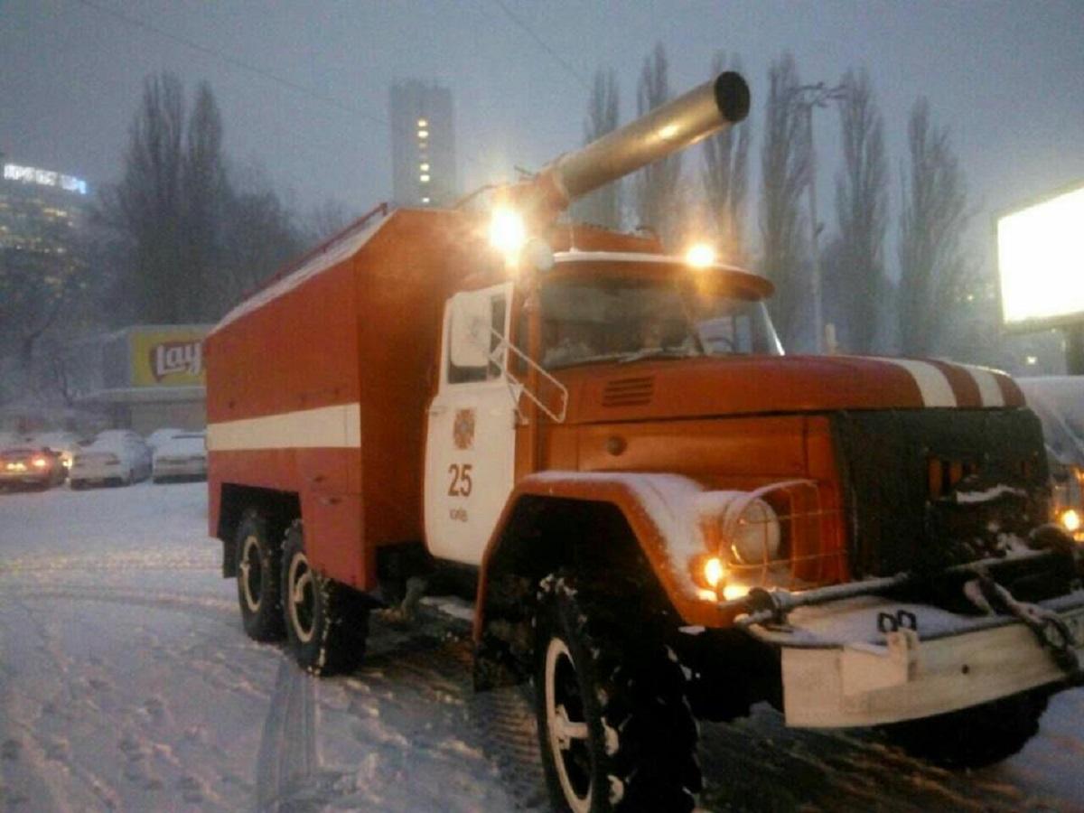в Киеве дежурят 6 спецавтомобилей и 12 человек личного состава ГСЧС