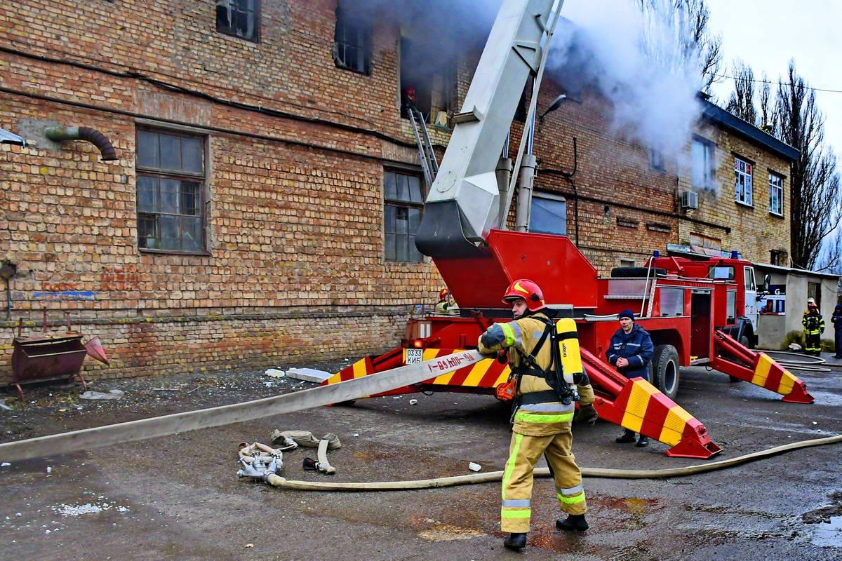Изначально загорелся один из офисов-складов, где хранилась фурнитура для ванной.