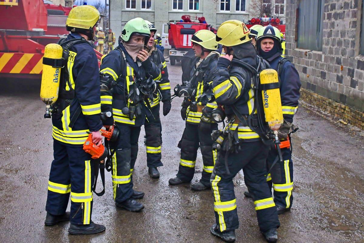 К месту возгорания прибыло несколько бригад пожарных