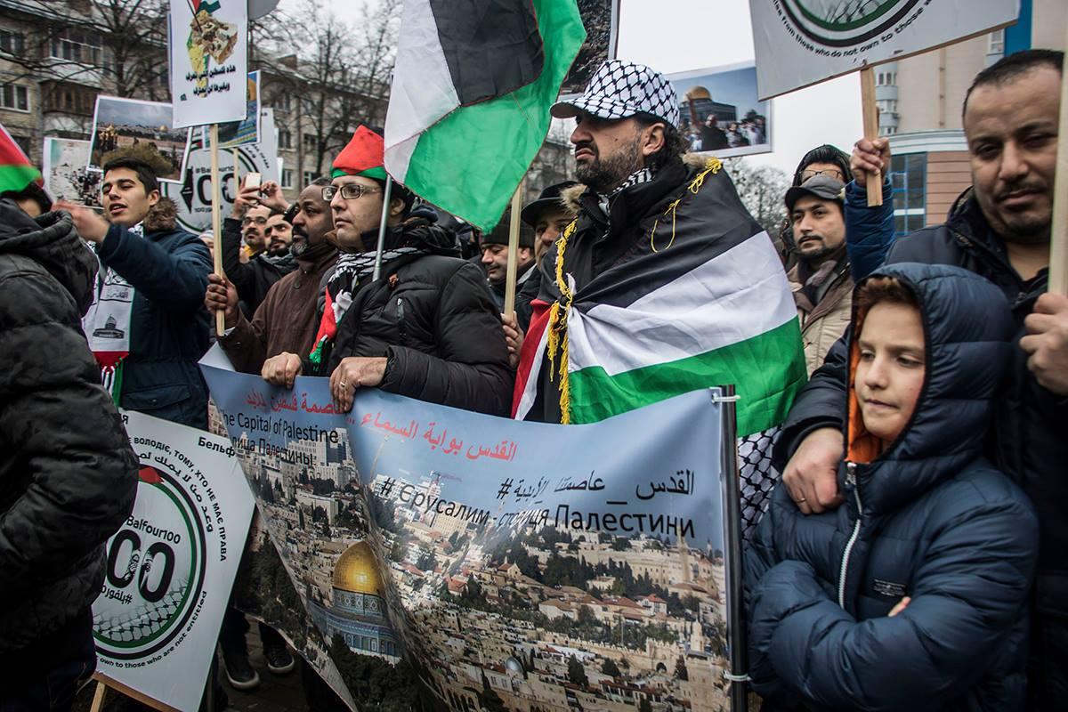 Собравшиеся требовали, чтобы Дональд Трамп отменил свое решение, в котором он заявил, что считает Иерусалим столицей Израиля