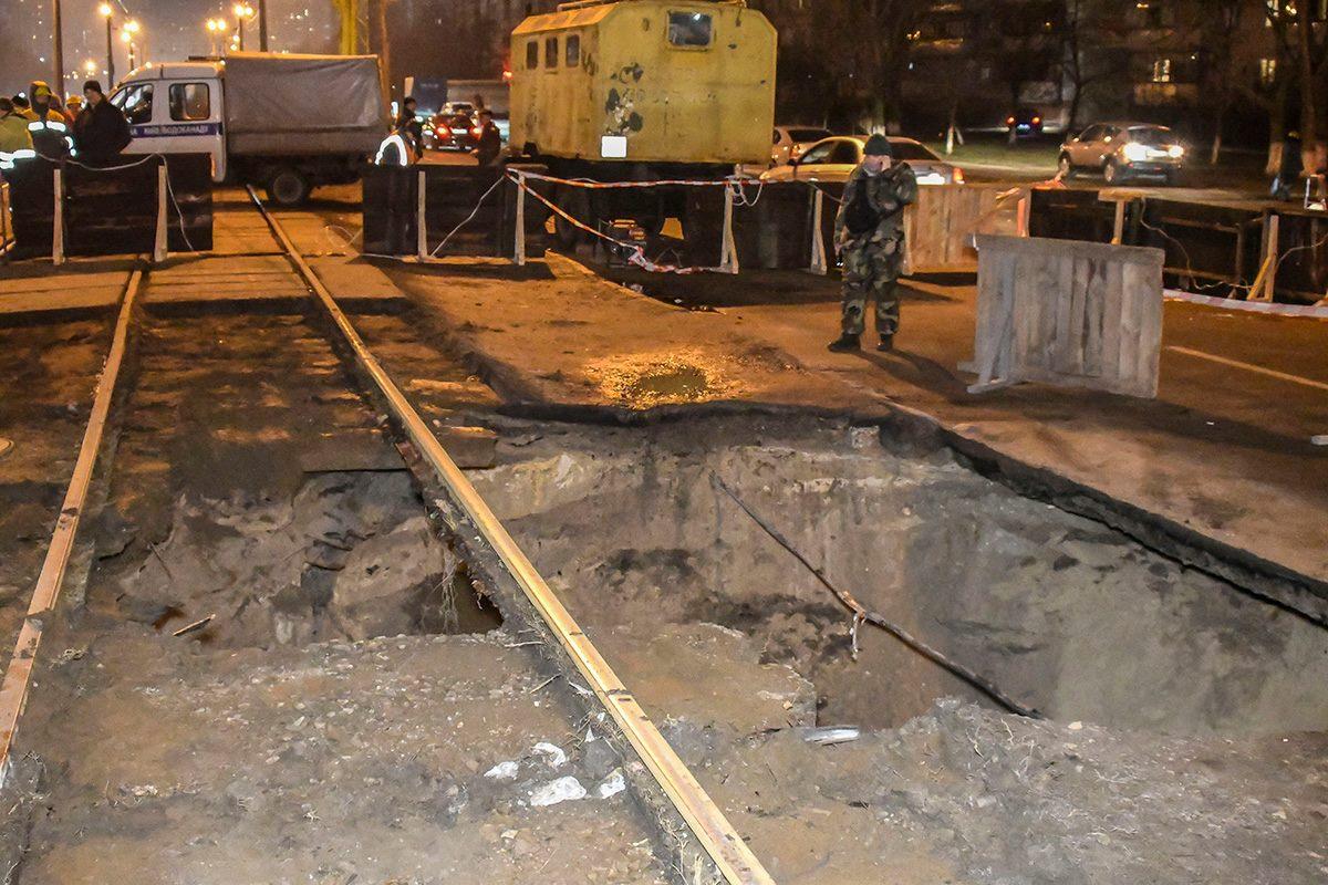 Обвал произошел под трамвайными путями