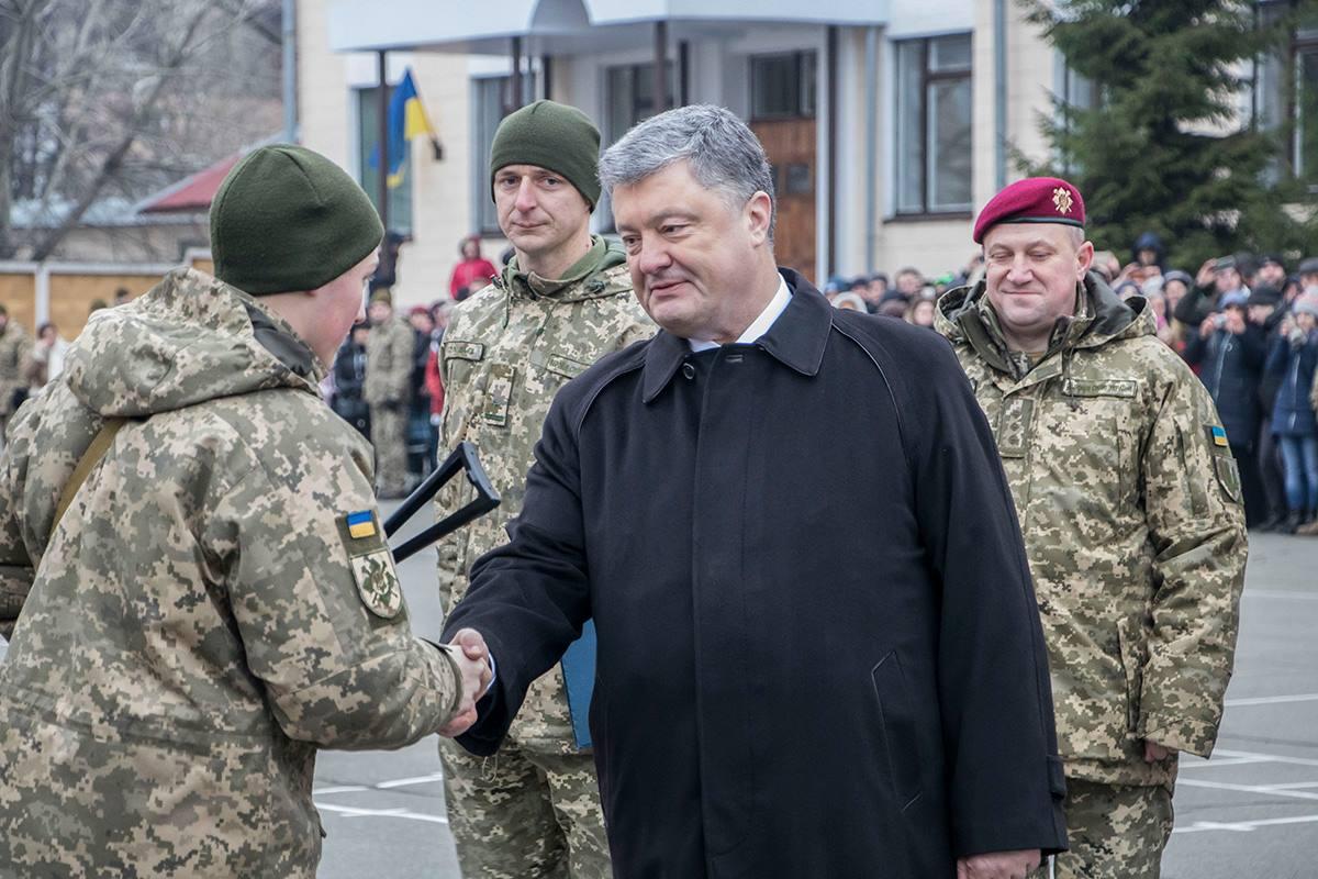 Некоторых счастливчиков лично поздравил Петр Порошенко