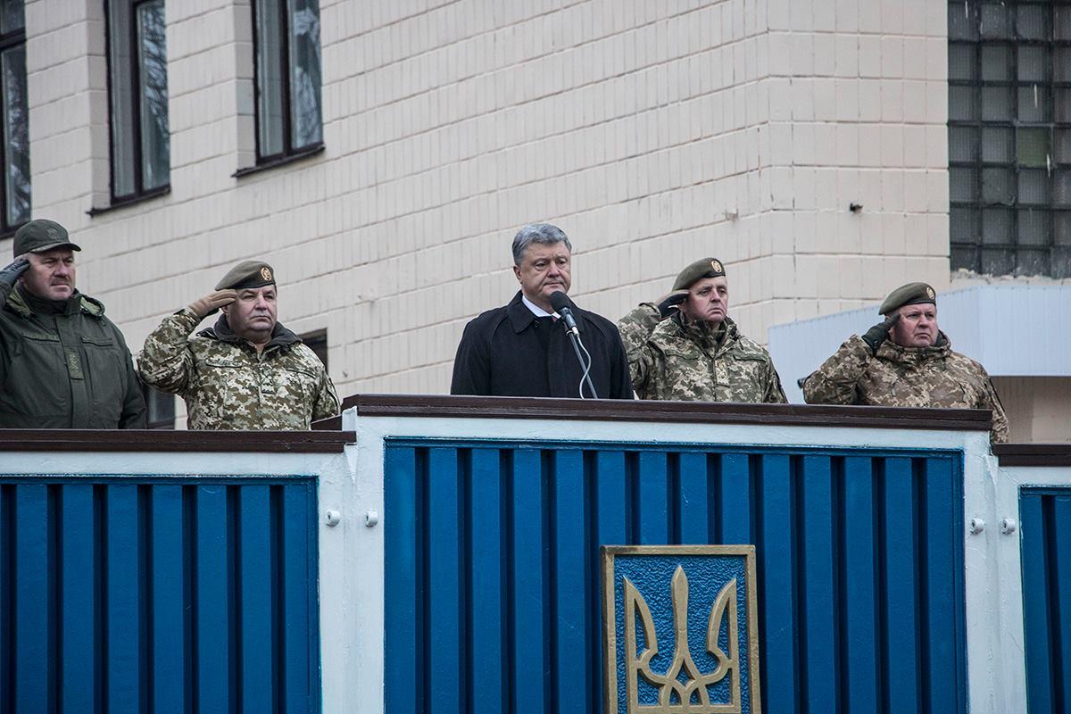 На торжестве Порошенко заявил, что с такими бойцами Украина точно освободит Донбасс
