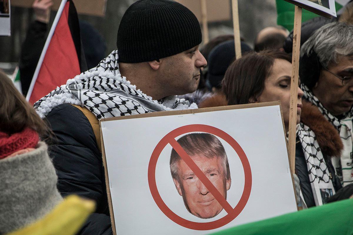 Исламисты держали разные плакаты в руках
