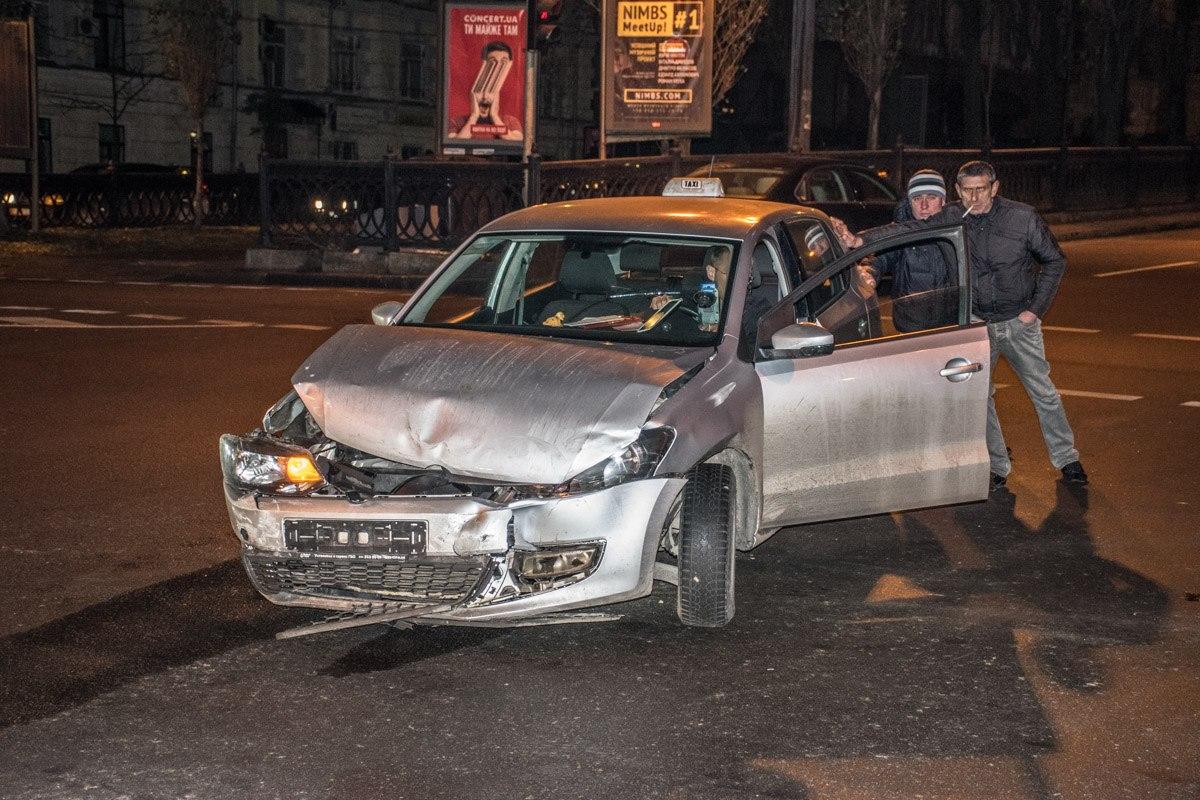 KIA Magentis и Volkswagen Polo столкнулись на перекрестке