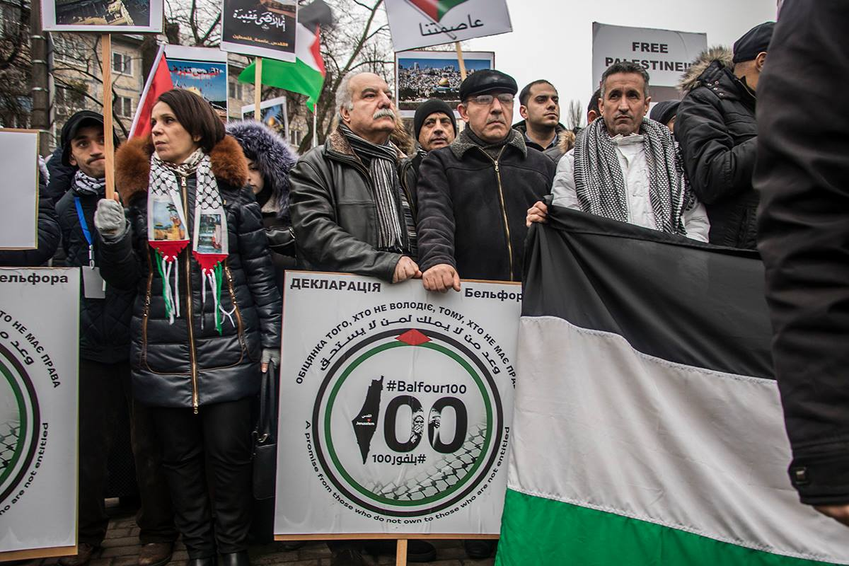 Под стенами посольства собралось около ста человек