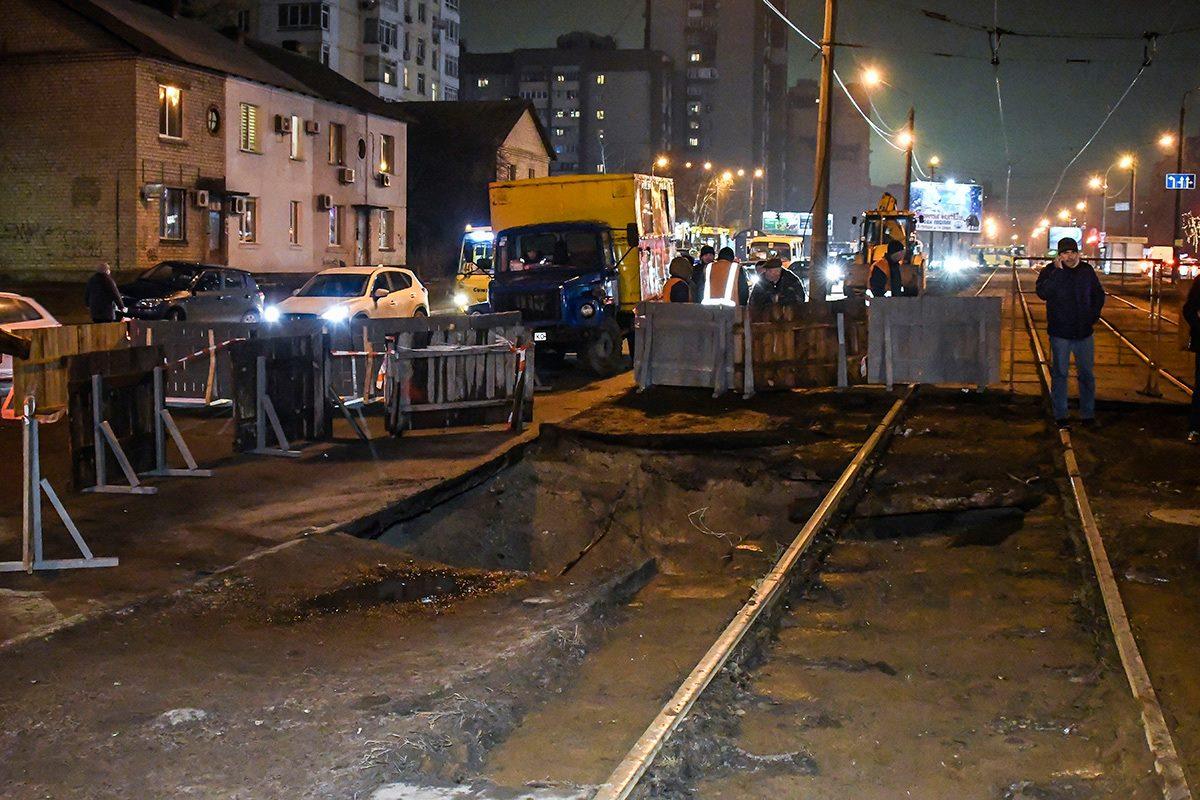 ВКиеве под трамвайными рельсами создалась реальная пропасть
