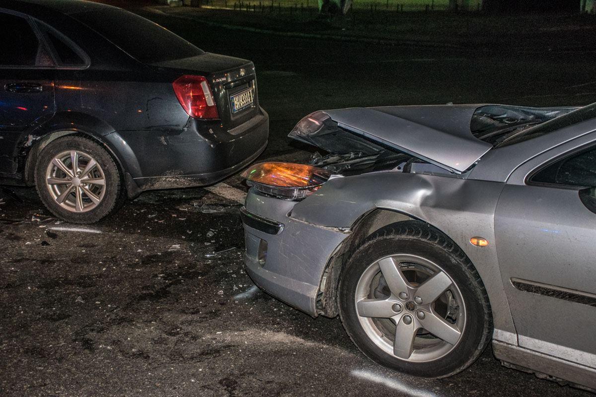 Передняя часть Peugeot повреждена сильнее
