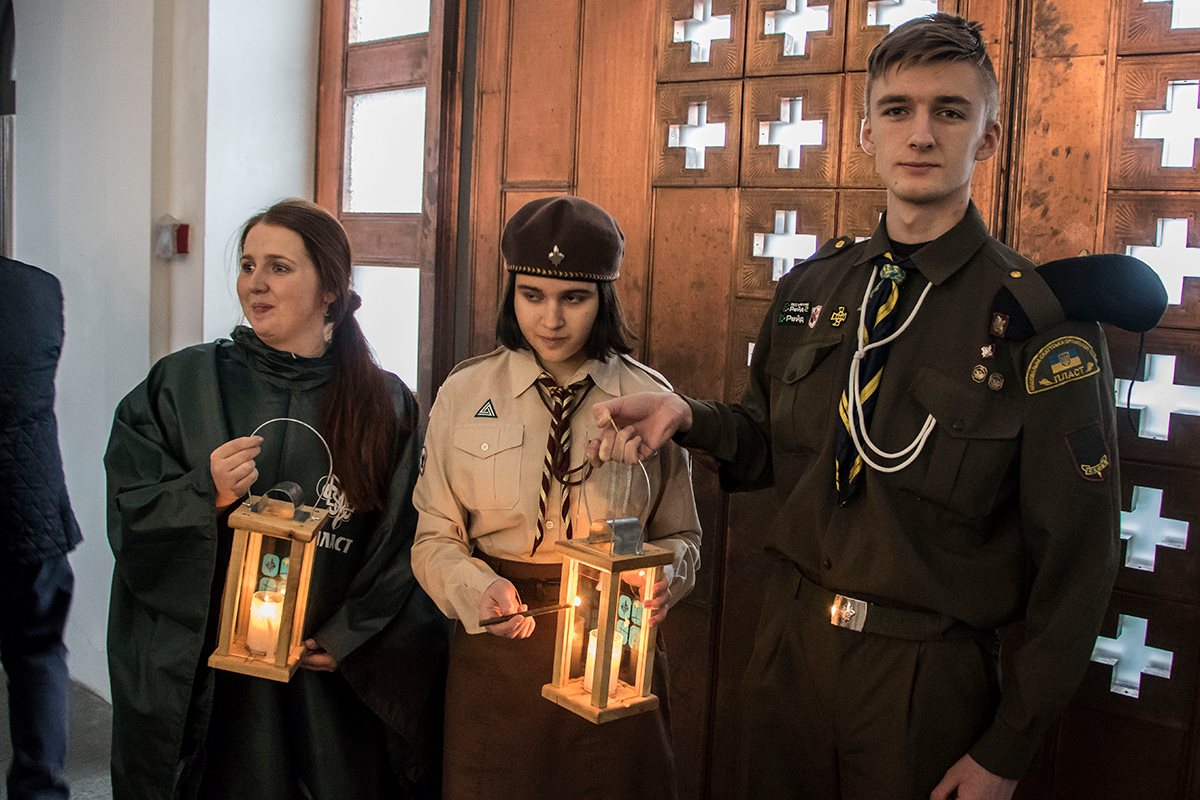 Благодатный огонь вручили киевским пластунам