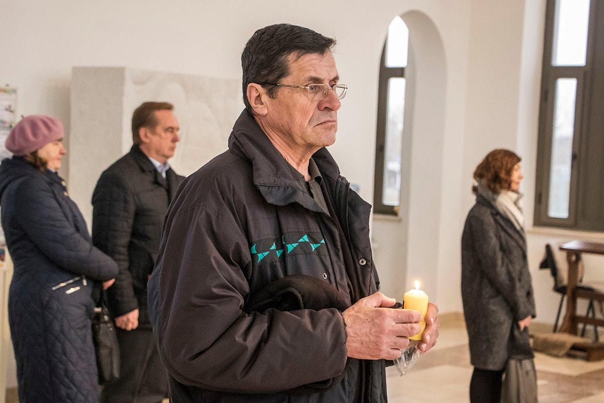 Процедура передачи огня проходила в католическом соборе