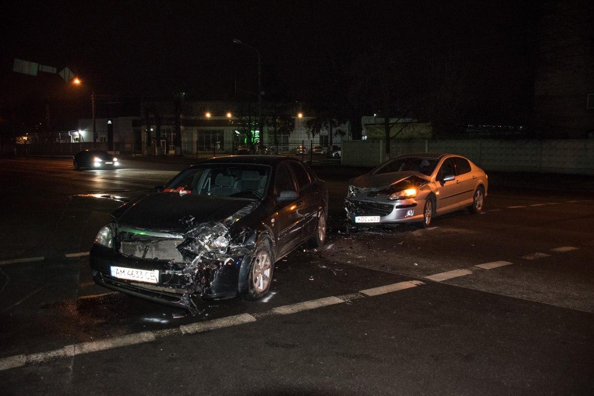 От удара Chevrolet развернуло на дороге
