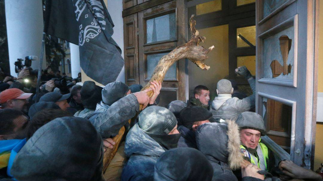 Активисты пытаются пробраться в Октябрьский дворец