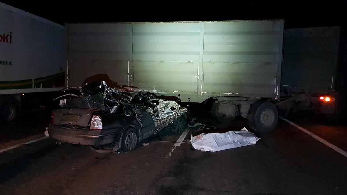 В машине находилась молодая семья. К сожалению, мужчина и его беременная жена погибли на месте