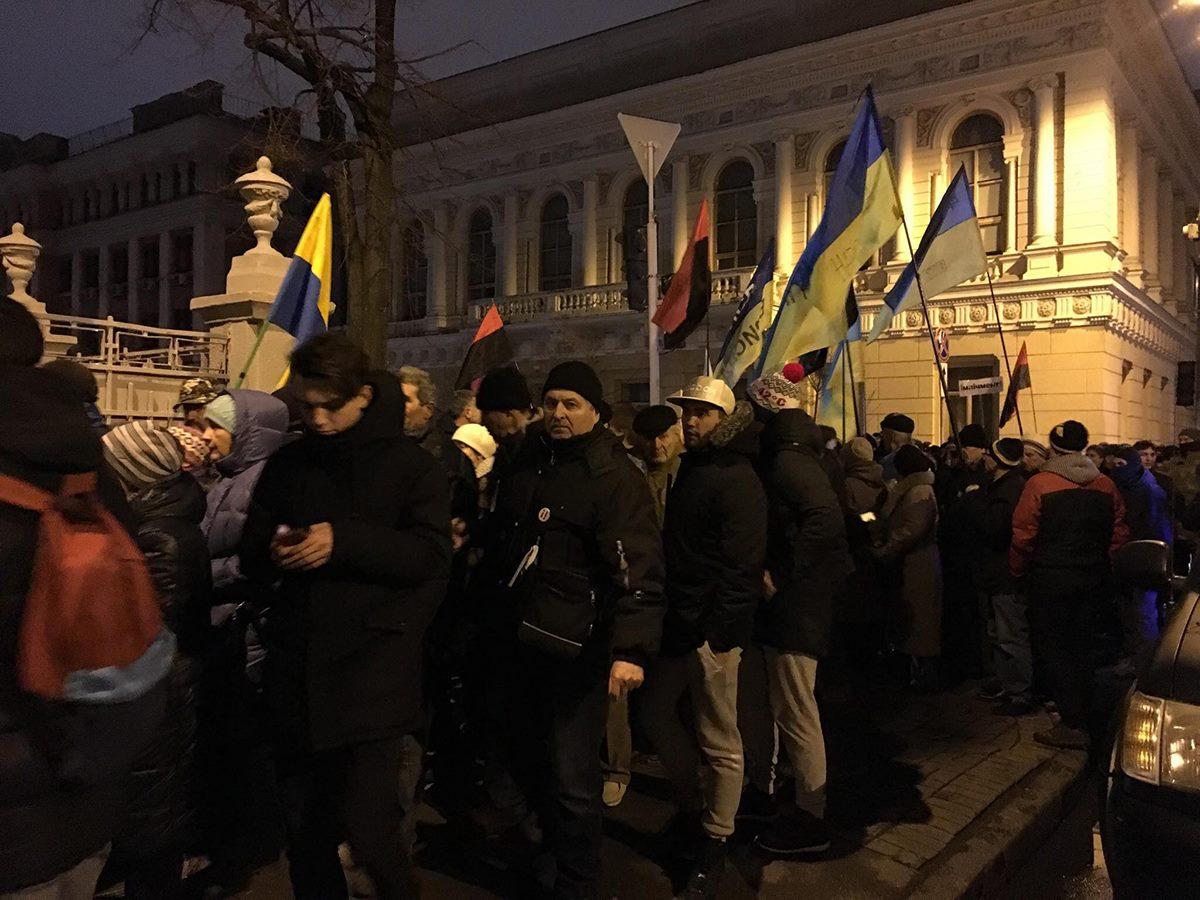 Активисты пытались пройти в Октябрьский дворец, но потом пошли к Раде
