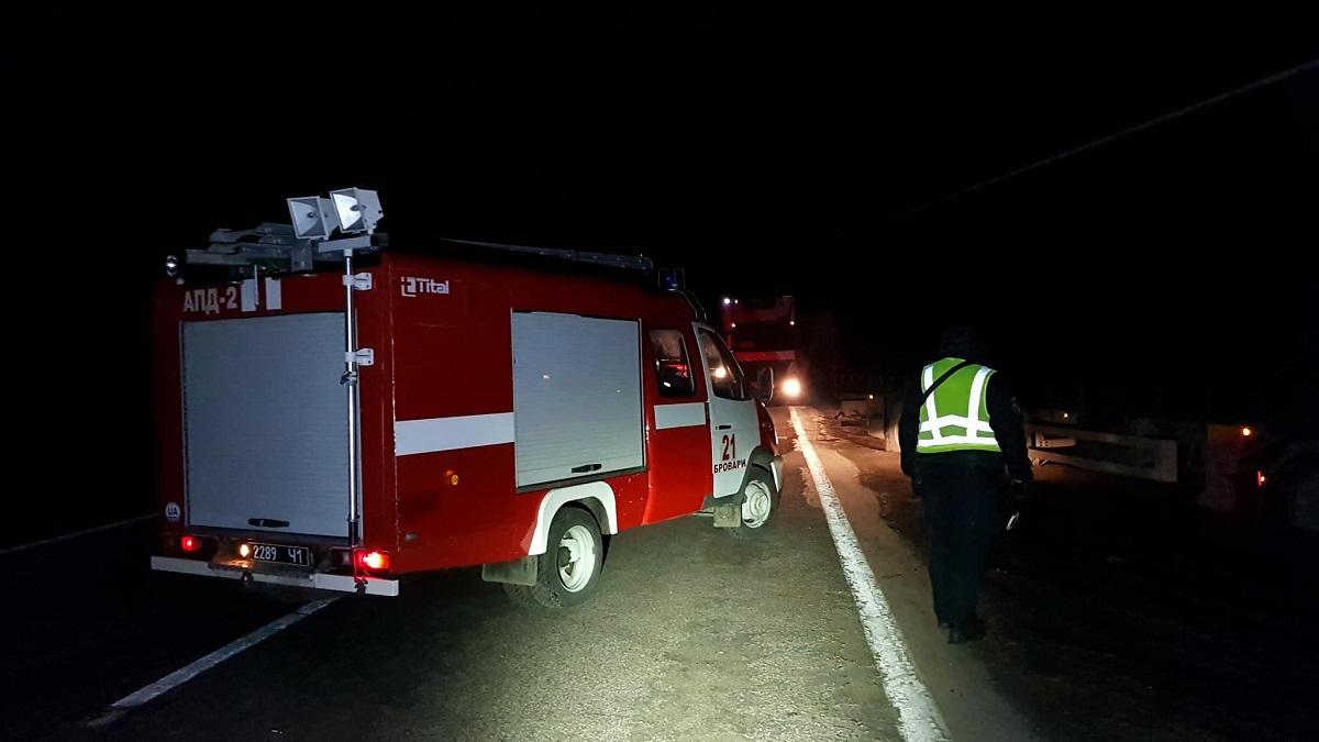 Тела из поврежденного автомобиля извлекали спасатели