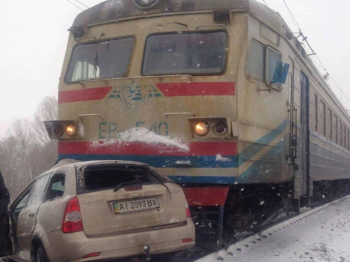После столкновения поезд протащил машину еще 200 метров
