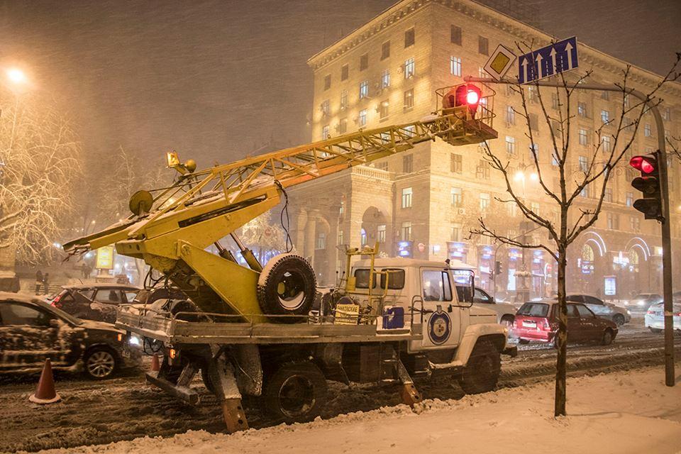 В Киеве порывом ветра оторвало светофор
