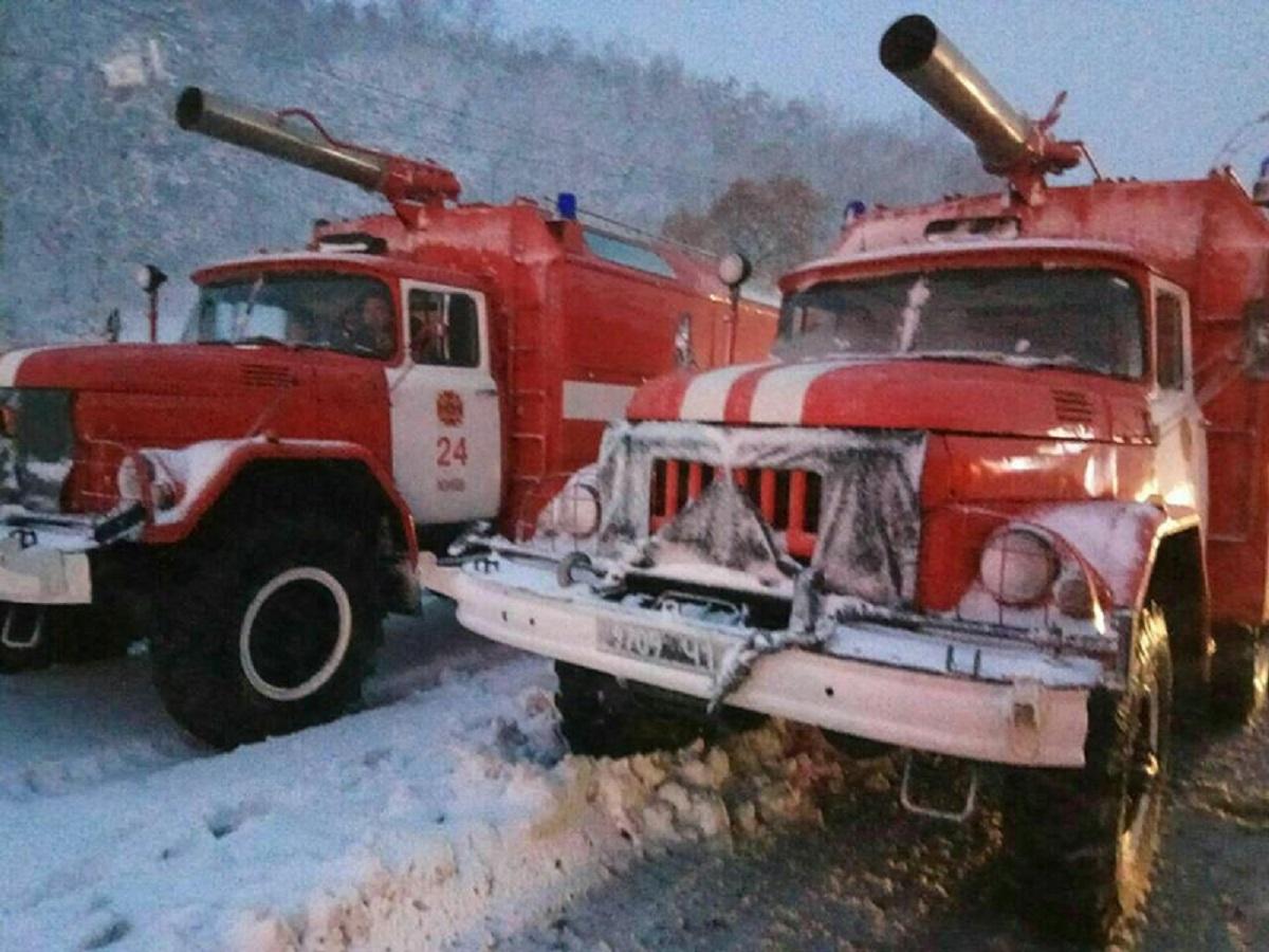 Спасатели присоединились помогать застрявшим в сугробах машинам