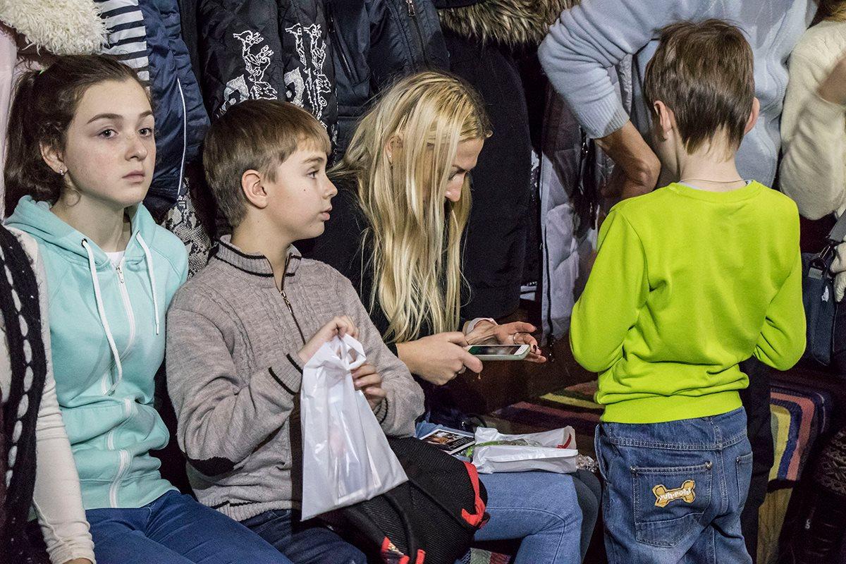 После своего появление в домике Святой Николай раздал детям подарки