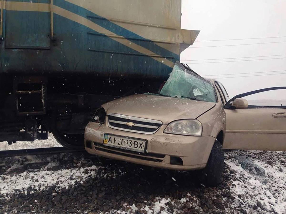 На Обуховской трассе поезд сбил автомобиль