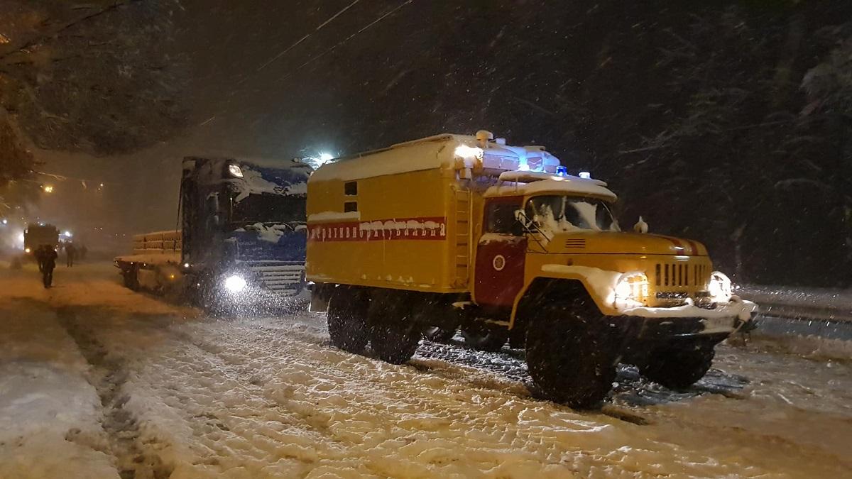 На Елены Телиги ночью застряли в сугробах троллейбусы