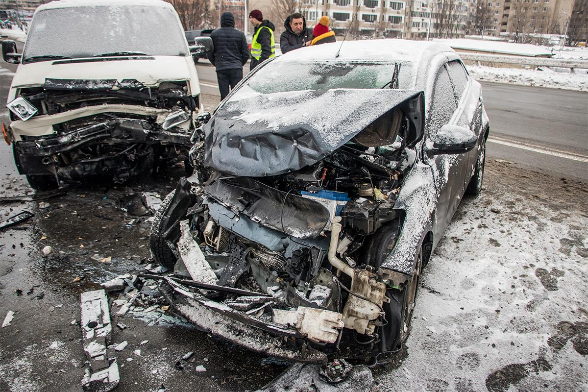 В результате обе машины сильно разбитые, особенно их передняя часть