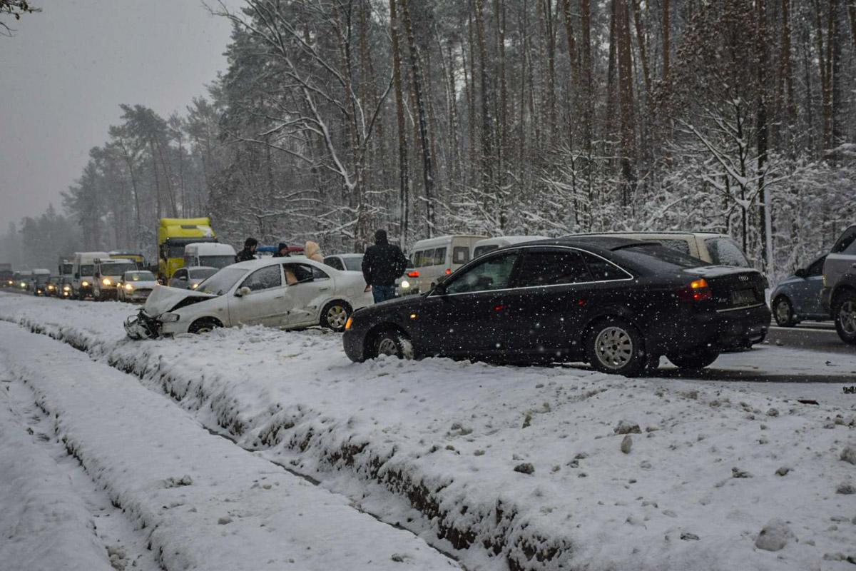 Под Киевом столкнулись три автомобиля