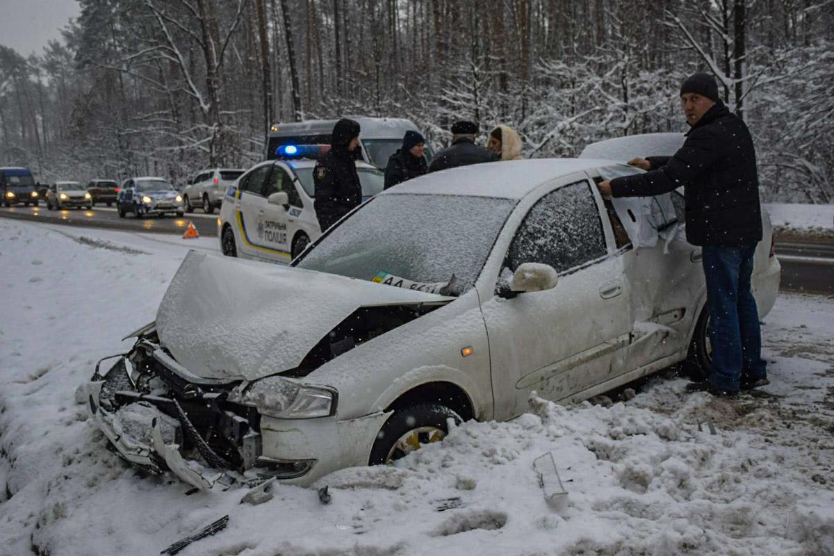 Затем Subaru развернуло и машина врезалась в Nissan