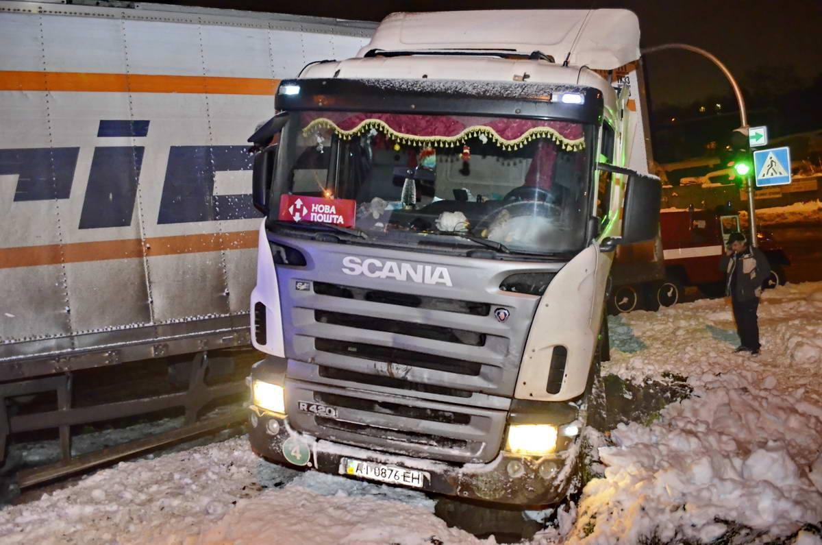 На перекрестке улиц Сумской и Кайсарова грузовой автомобиль Scania занесло на тротуар