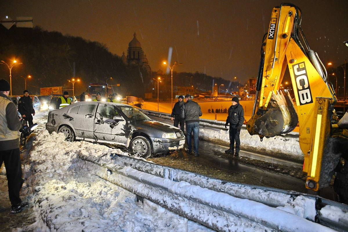 Водитель Skoda Octavia не справился с управлением и налетел на отбойник