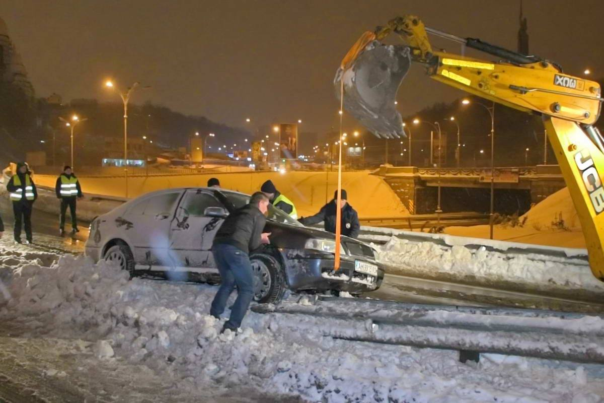 Машину стащили с помощью экскаватора, расчищающего рядом дорогу от снега