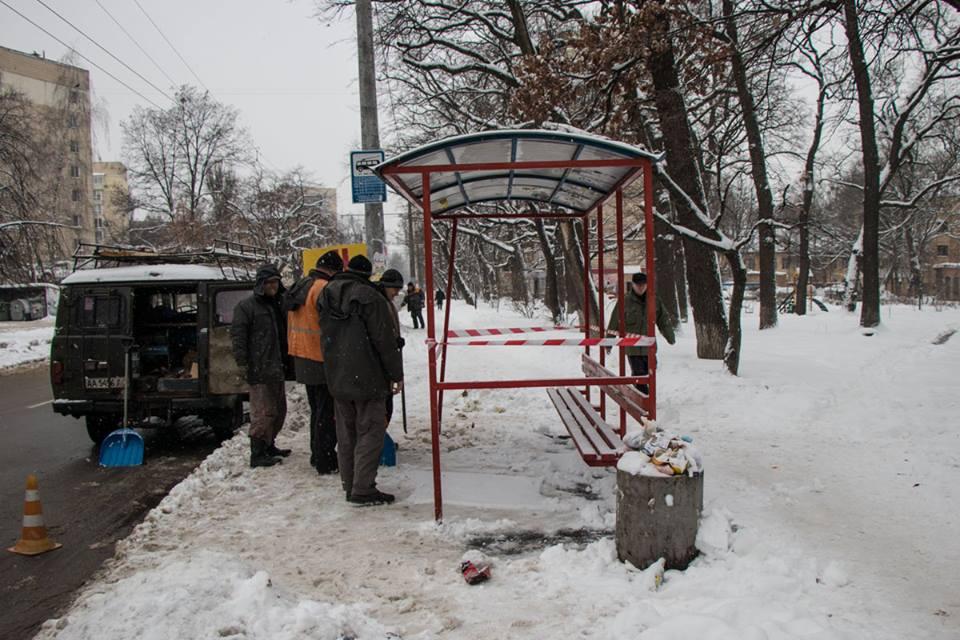 В Киеве на улице Антонова упала троллейбусная остановка. Никто не пострадал