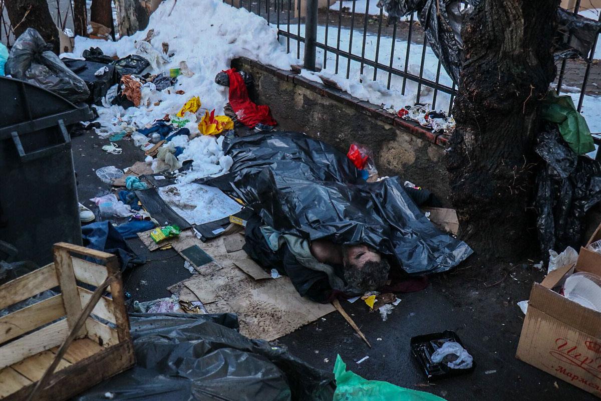 На улице Бориса Гринченко обнаружили труп мужчины