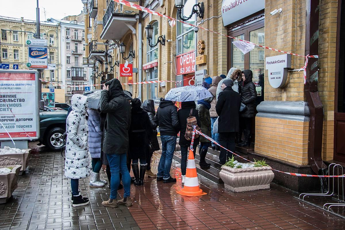 Несмотря на предупреждающие ленточки, прохожие не бояться толпиться под зданиями