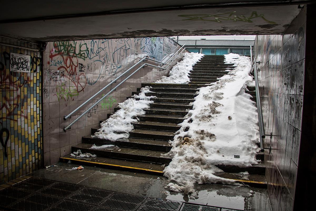 """В подземном переходе еще """"прячется"""" снег"""