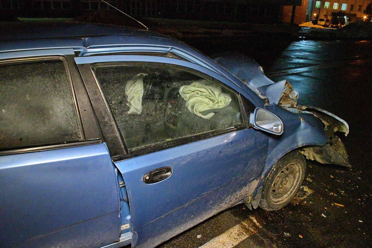 Несмотря на подушки безопасности, водитель и пассажир Chevrolet попали в больницу