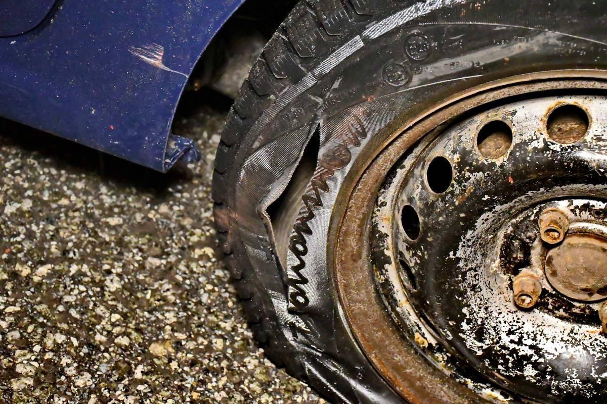 У Renault Logan из-за удара лопнуло заднее колесо