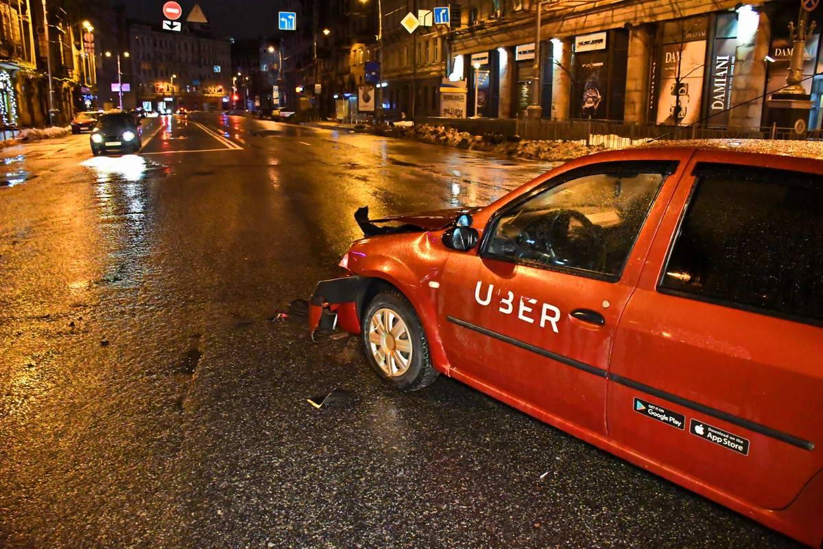 На автомобиле, который поворачивал в запрещенном месте, наклейка службы такси