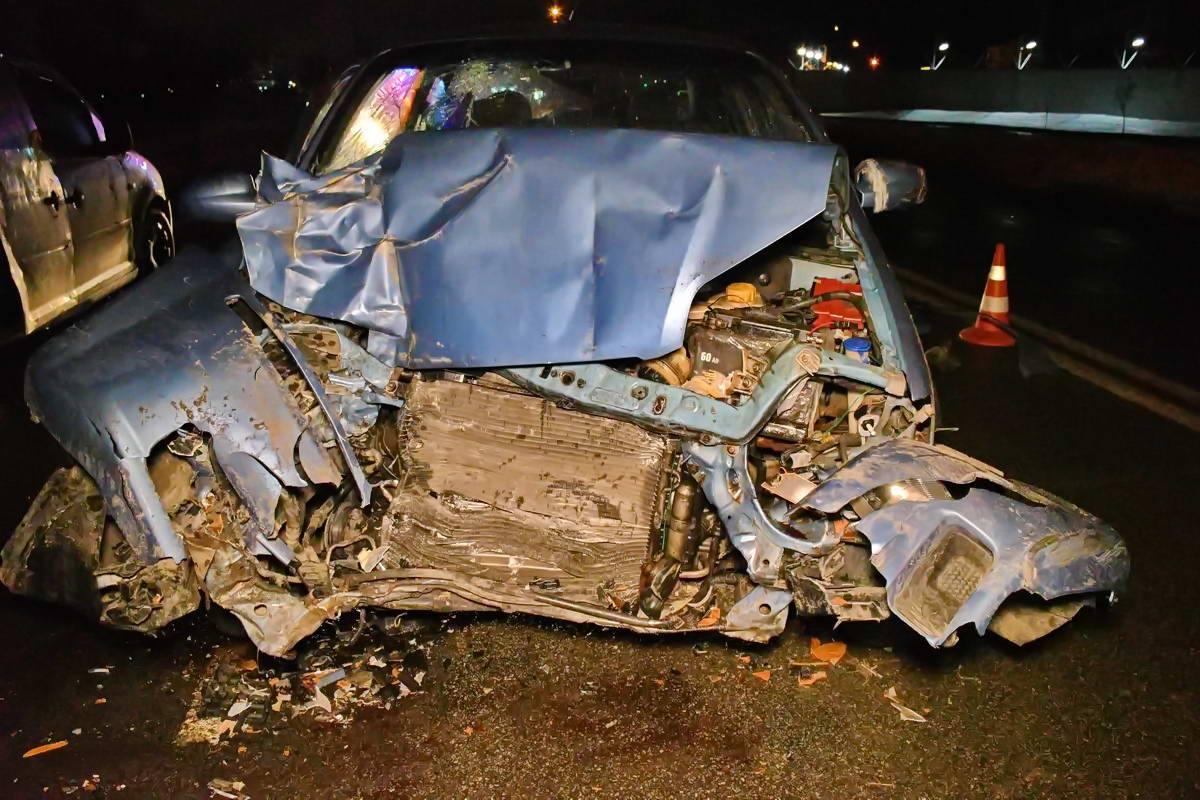 Передняя часть Chevrolet превратилась в груду металла