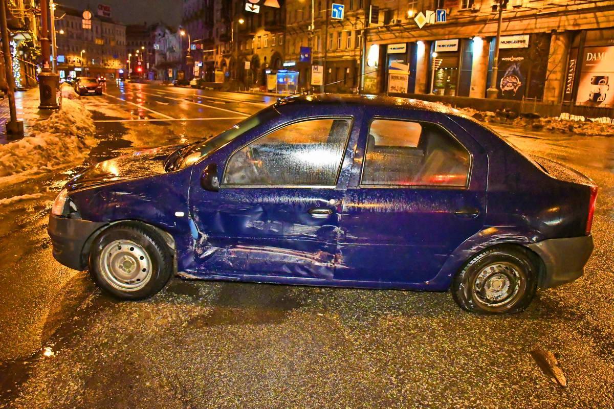 У Renault Logan вмятина с левой стороны