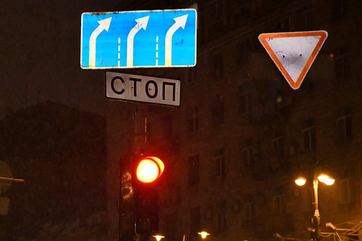 Знак разрешает движение только по бульвару Шевченко, авто свернуло влево на Большую Васильковскую