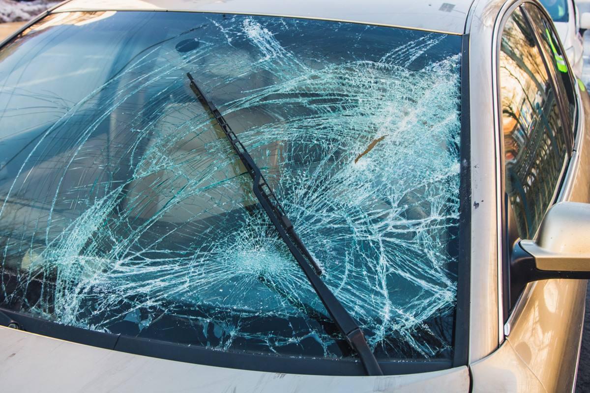 От удара лопнуло лобовое стекло