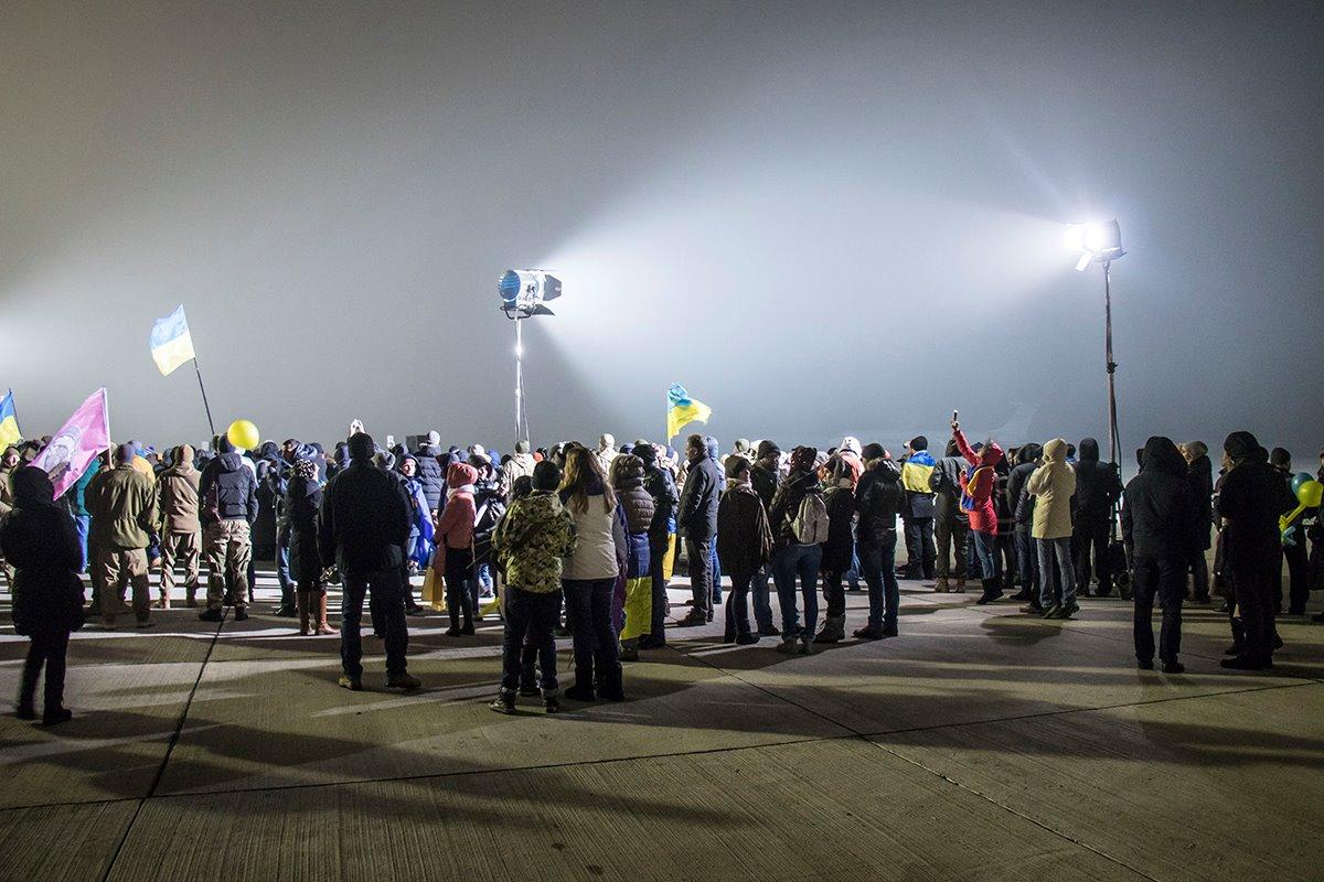 Родственники, волонтеры и просто неравнодушные украинцы пришли на встречу с военнопленными