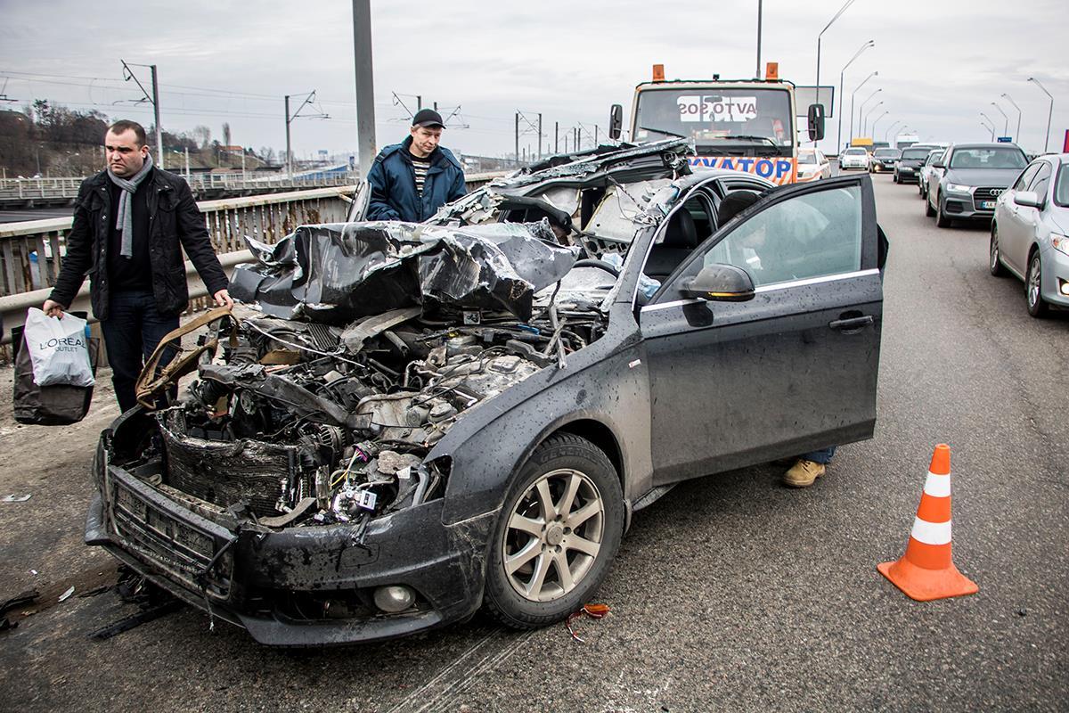 У автомобиля сильно повреждена верхняя часть