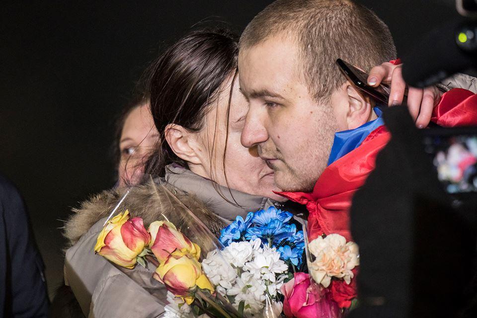 Девушка встречает любимого со слезами на глазах и крепко обнимает
