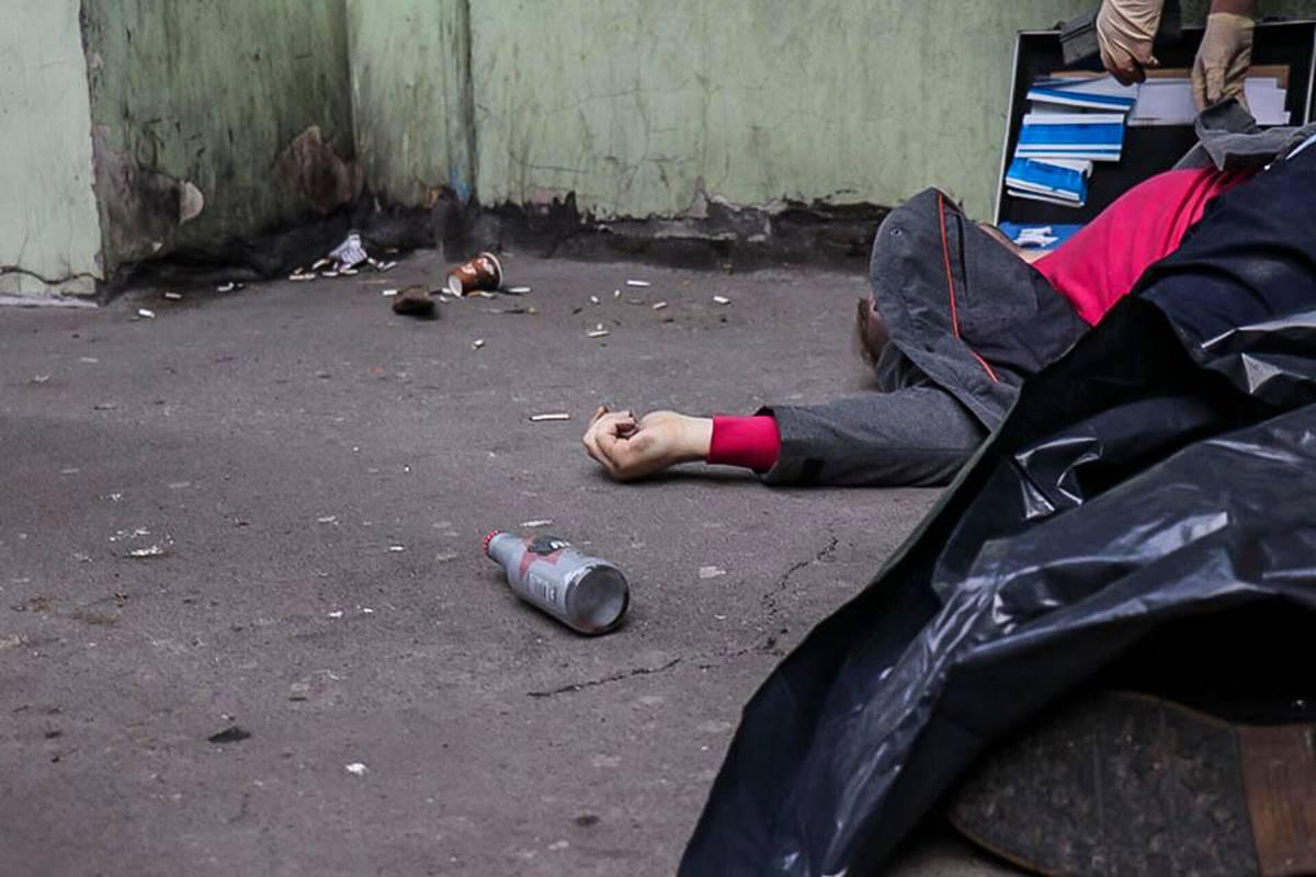 Рядом с умершим лежит бутылка алкогольного энергетика