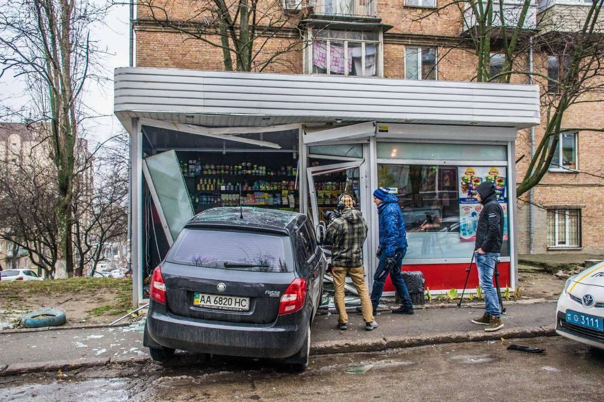 Водитель разбил стеклянную витрину МАФа