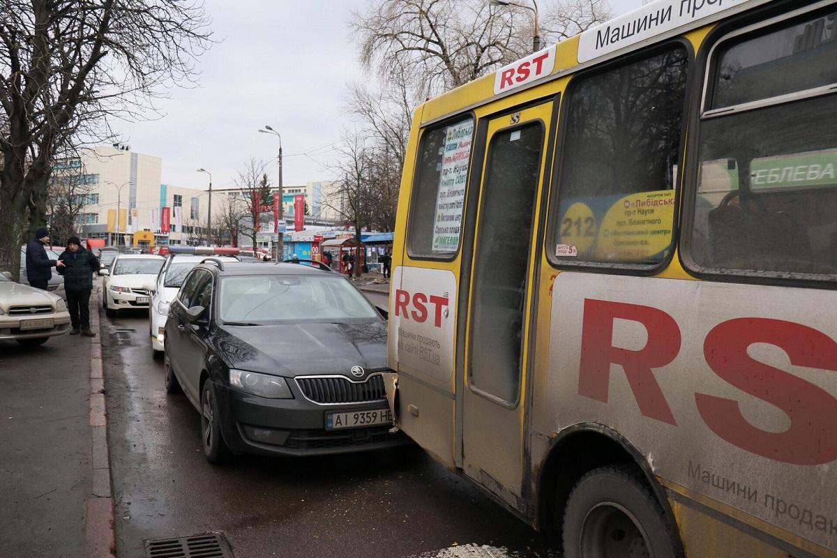 На пересечении улиц Героев Обороны и Голосеевского проспекта легковушка врезалась в маршрутку